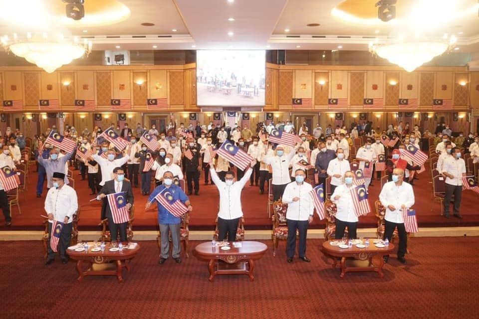 Menteri Besar Perak bersama-sama 250 penjawat awam dari pelbagai agensi mengibarkan Jalur Gemilang - sumber foto:Facebook